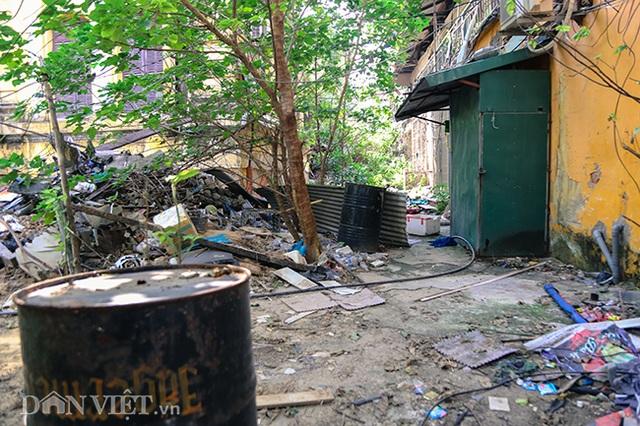 Hình ảnh biệt thự Pháp cổ trên đất vàng Hà Nội ngập trong rác - 8