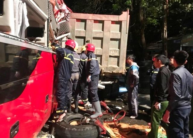 20 cảnh sát cứu hỏa giải cứu 3 người mắc kẹt trong xe khách - 4