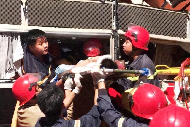 20 cảnh sát cứu hỏa giải cứu 3 người mắc kẹt trong xe khách - 5