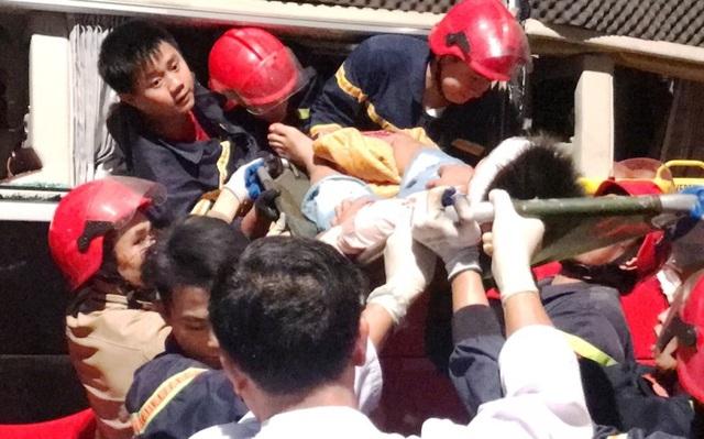 20 cảnh sát cứu hỏa giải cứu 3 người mắc kẹt trong xe khách - 6