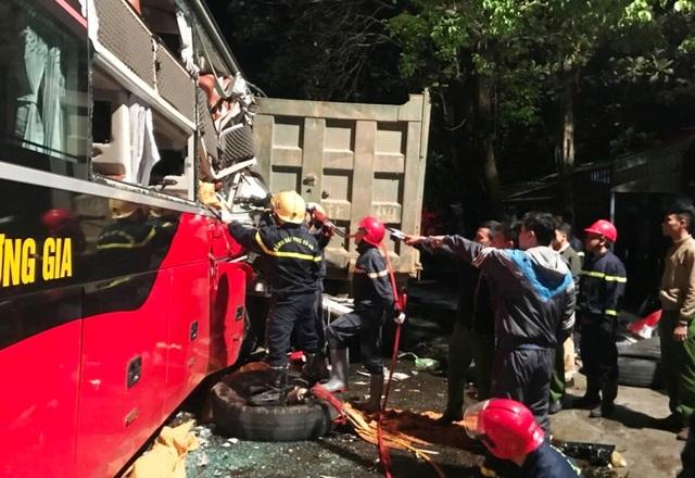 20 cảnh sát cứu hỏa giải cứu 3 người mắc kẹt trong xe khách - 1