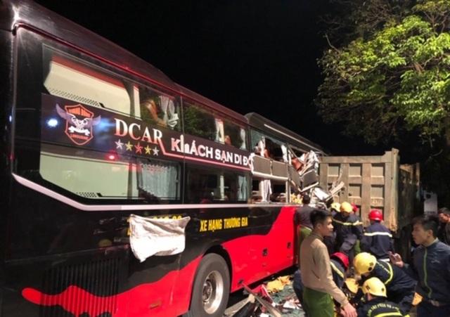 20 cảnh sát cứu hỏa giải cứu 3 người mắc kẹt trong xe khách - 3
