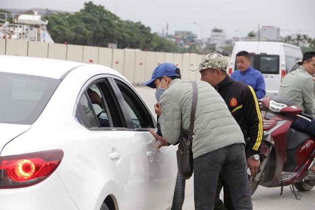 Người đàn ông bán vé lạ trận Việt Nam - Thái Lan bị đưa về đồn công an - 9