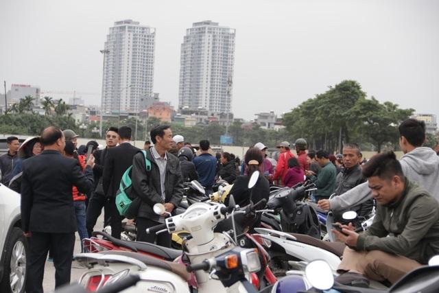 Người đàn ông bán vé lạ trận Việt Nam - Thái Lan bị đưa về đồn công an - 7