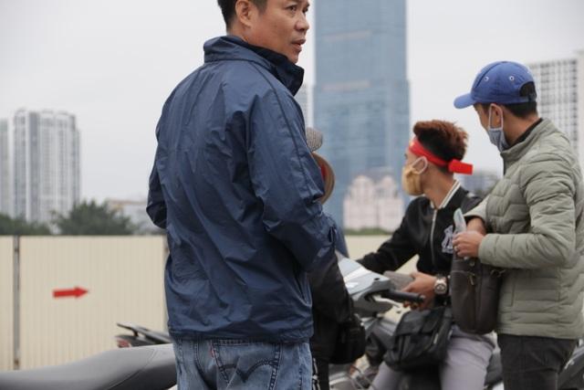 Người đàn ông bán vé lạ trận Việt Nam - Thái Lan bị đưa về đồn công an - 8