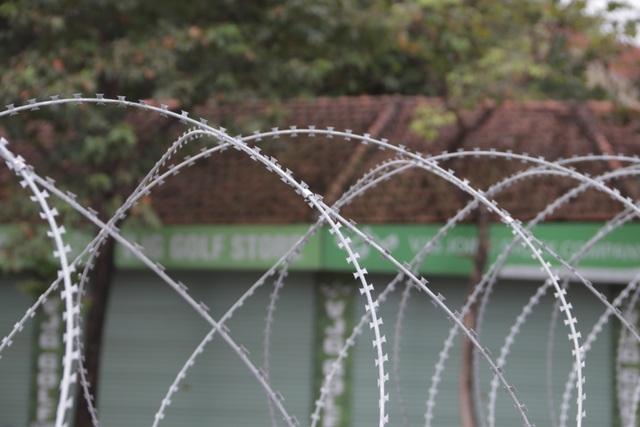 Dựng rào thép gai quanh Mỹ Đình để bảo vệ trận Việt Nam - Thái Lan - 8