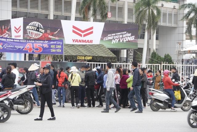 Người đàn ông bán vé lạ trận Việt Nam - Thái Lan bị đưa về đồn công an - 1