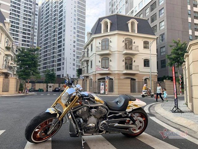 Sau 6 năm, mô tô Harley-Davidson mạ vàng 24k rao giá 1 tỷ ở Hà Nội - 1