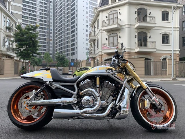 Sau 6 năm, mô tô Harley-Davidson mạ vàng 24k rao giá 1 tỷ ở Hà Nội - 2
