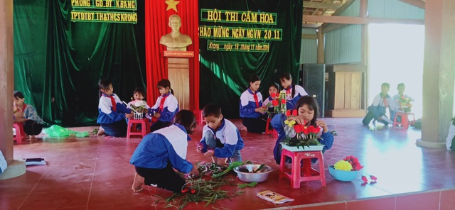 Học sinh vùng cao tặng hoa rừng, cá suối tri ân thầy cô ngày 20/11 - 1