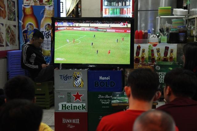 Tình yêu bóng đá mọi lúc mọi nơi của người Hà Nội - 10