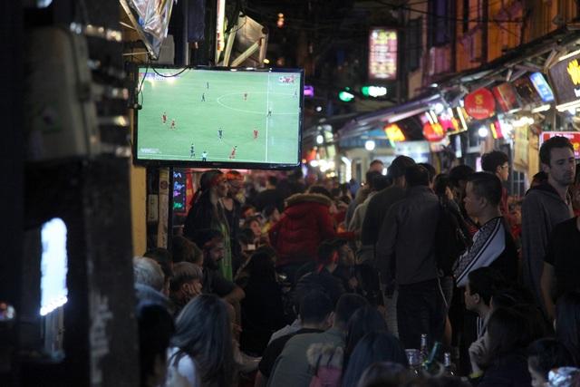 Tình yêu bóng đá mọi lúc mọi nơi của người Hà Nội - 9