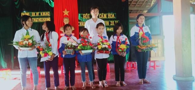 Học sinh vùng cao tặng hoa rừng, cá suối tri ân thầy cô ngày 20/11 - 2