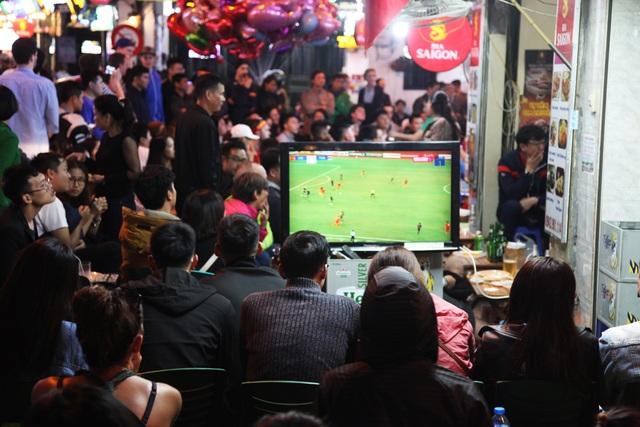 Tình yêu bóng đá mọi lúc mọi nơi của người Hà Nội - 8