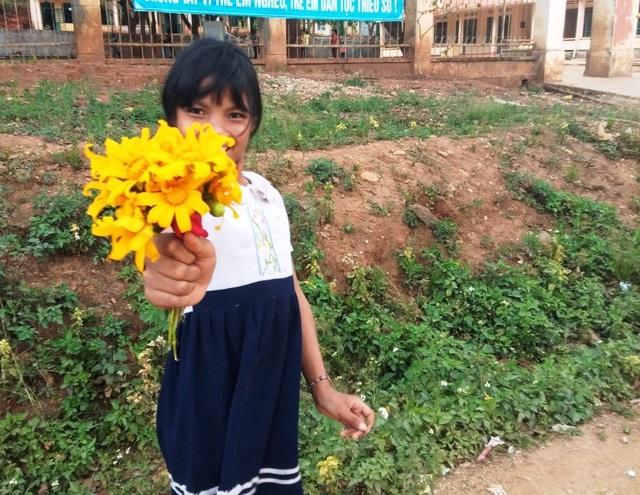 Học sinh vùng cao tặng hoa rừng, cá suối tri ân thầy cô ngày 20/11 - 8