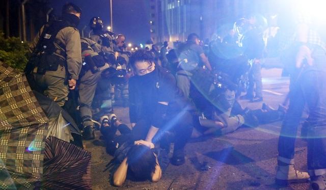 """800 người biểu tình """"đầu hàng"""" cảnh sát Hong Kong - 1"""