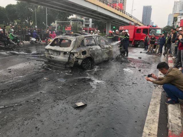 Hà Nội: Mercedes va chạm kinh hoàng với 4 xe khác rồi bốc cháy, 1 người tử vong - 5