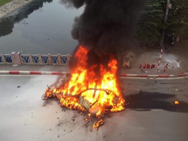 Hà Nội: Mercedes va chạm kinh hoàng với 4 xe khác rồi bốc cháy, 1 người tử vong - 3