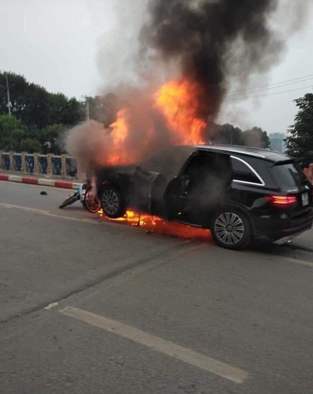 Hà Nội: Mercedes va chạm kinh hoàng với 4 xe khác rồi bốc cháy, 1 người tử vong - 2