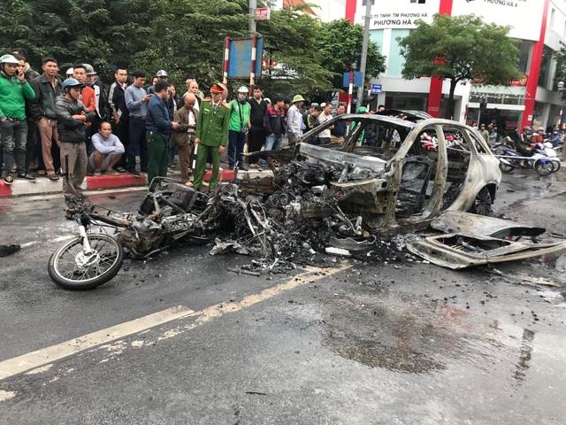 Hà Nội: Mercedes va chạm kinh hoàng với 4 xe khác rồi bốc cháy, 1 người tử vong - 1