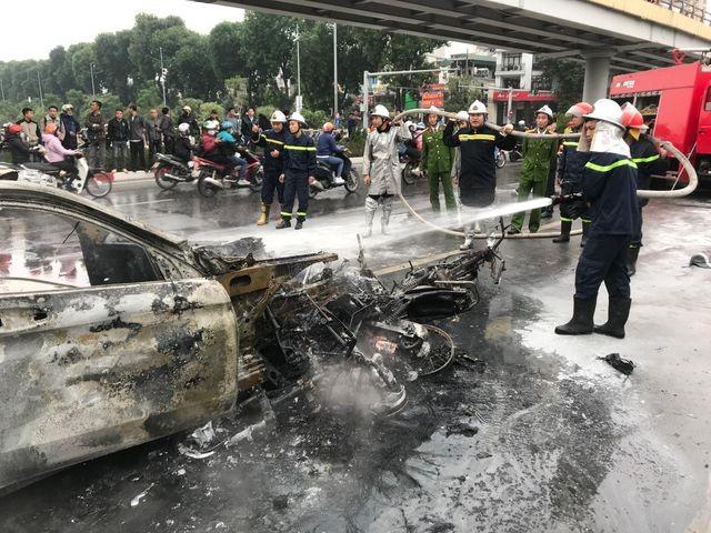 Vụ Mercedes cùng 4 phương tiện bốc cháy: Do đâm xe chở gas? - 1
