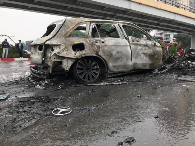 Hà Nội: Mercedes va chạm kinh hoàng với 4 xe khác rồi bốc cháy, 1 người tử vong - 7