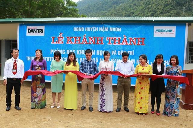 Hàng trăm em học sinh cùng thầy cô giáo vùng cao vui mừng đón nhận 4 phòng học Dân trí - 1