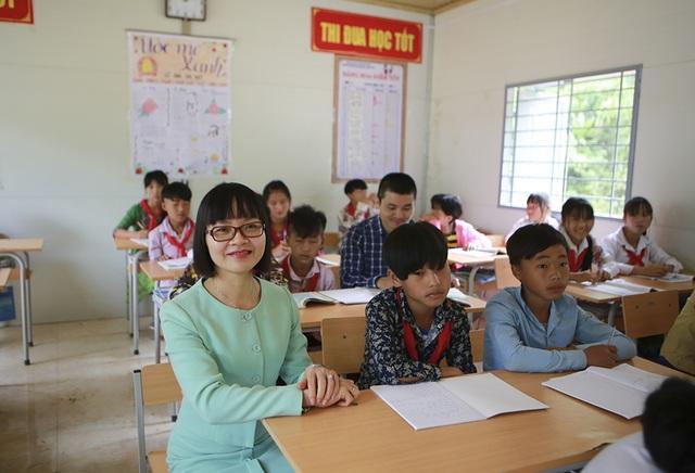 Hàng trăm em học sinh cùng thầy cô giáo vùng cao vui mừng đón nhận 4 phòng học Dân trí - 5