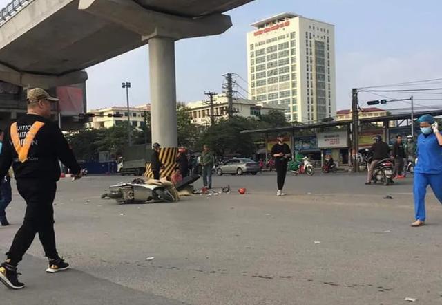 Hà Nội: Ô tô tải cuốn xe máy vào gầm, cán hai ông cháu tử vong - 1