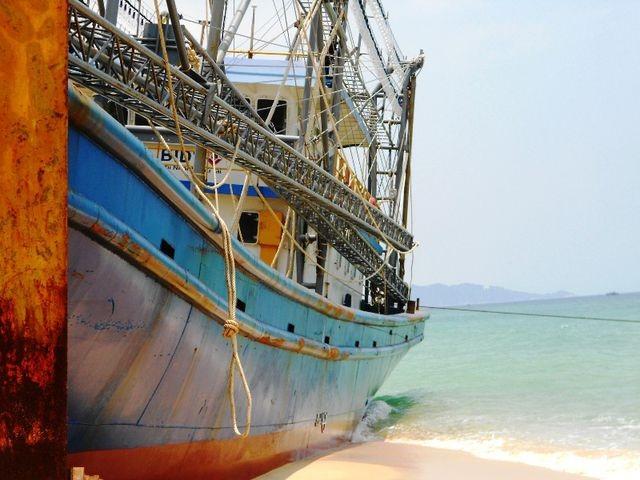 Tàu cá cùng 13 ngư dân mắc cạn trên rặng san hô ở Trường Sa - 1