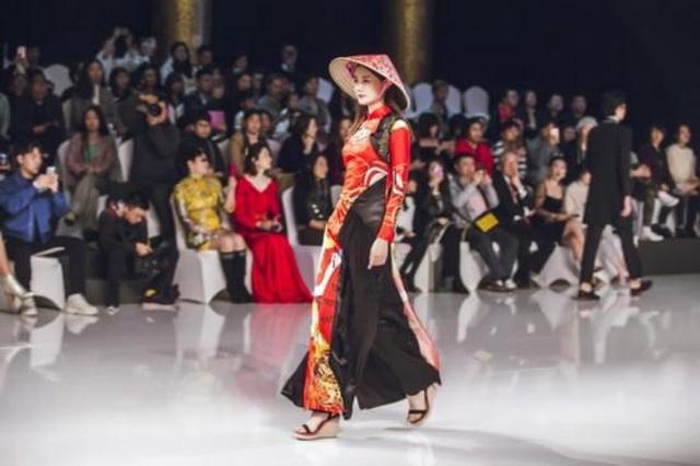 Bộ sưu tập của NTK Trung Quốc gây tranh cãi vì giống áo dài Việt Nam - 2