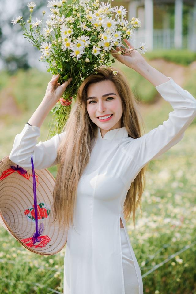 Nữ du khách nước ngoài diện áo dài, chụp ảnh duyên dáng bên cúc họa mi - 11