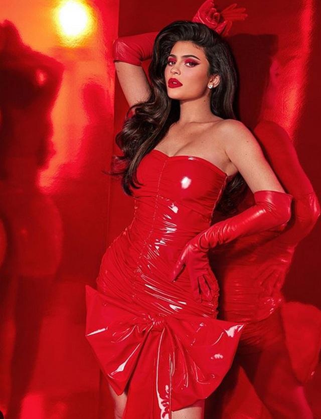 Kylie Jenner kiếm 600 triệu USD nhờ bán cổ phần công ty mỹ phẩm của mình - 1