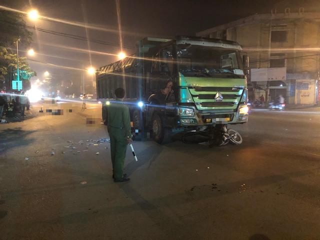 Hà Nội: Đôi vợ chồng tử vong dưới gầm xe tải - 1