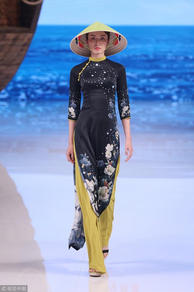 Bộ sưu tập của NTK Trung Quốc gây tranh cãi vì giống áo dài Việt Nam - 4
