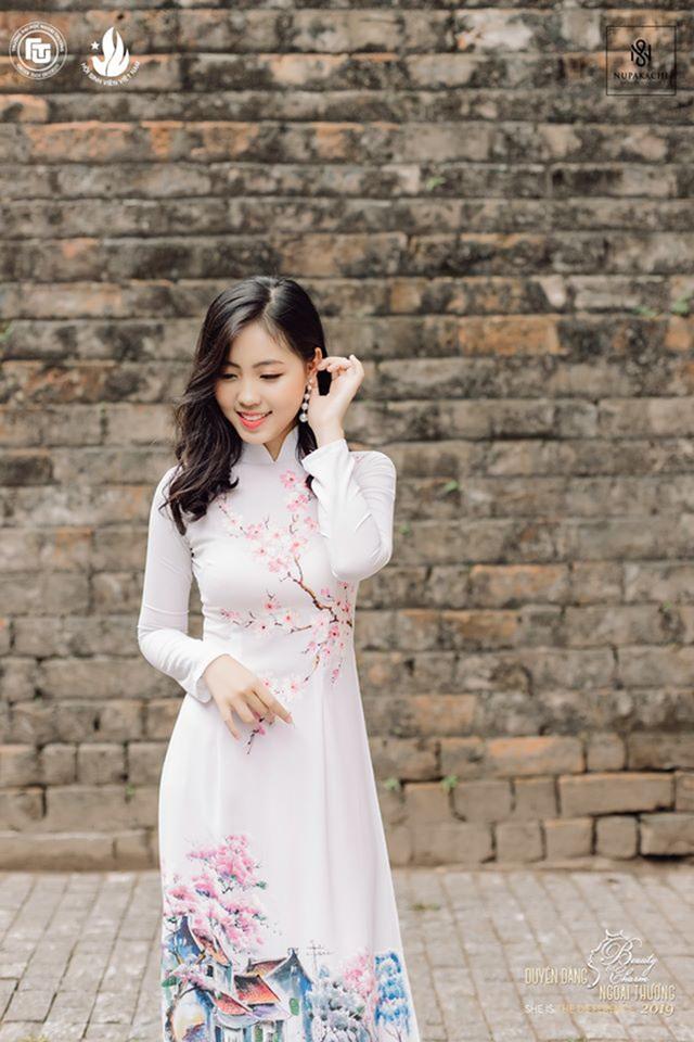 Nữ sinh bị ung thư khoe sắc với áo dài cùng Top 12 Duyên dáng Ngoại thương - 2