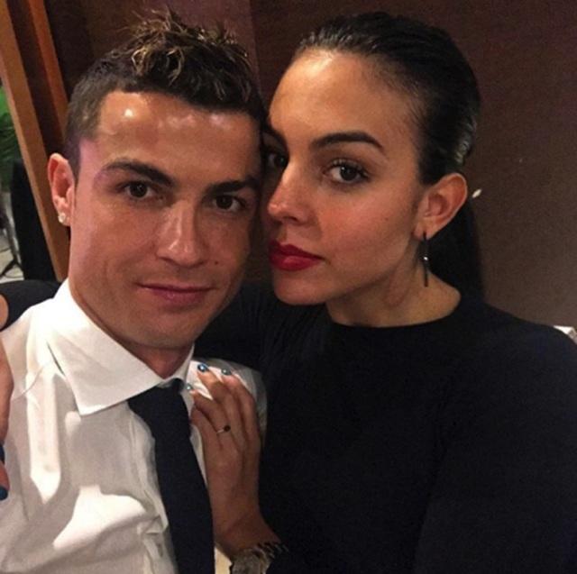 """Người hâm mộ ngỡ ngàng trước tin C.Ronaldo đã bí mật """"rước nàng về dinh"""" - 1"""