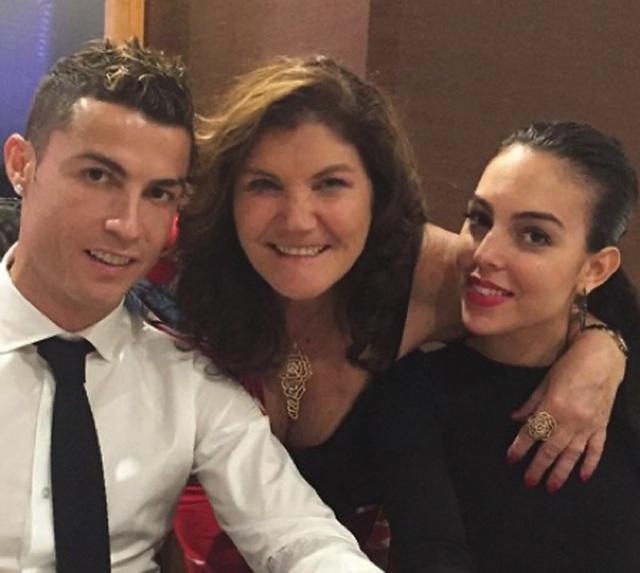 """Người hâm mộ ngỡ ngàng trước tin C.Ronaldo đã bí mật """"rước nàng về dinh"""" - 3"""