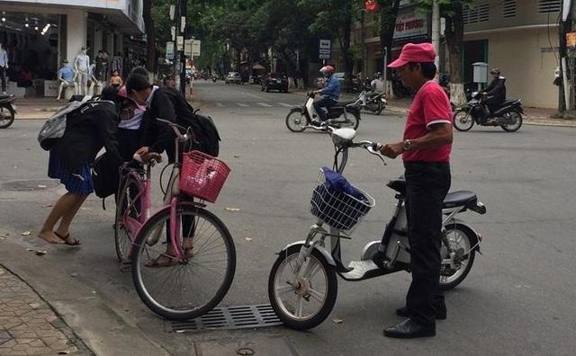 Quảng Ngãi: Tiềm ẩn nguy cơ tai nạn khi học sinh đi xe đạp điện đến trường - 1