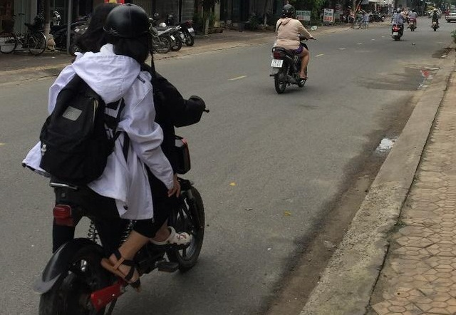 Quảng Ngãi: Tiềm ẩn nguy cơ tai nạn khi học sinh đi xe đạp điện đến trường - 2