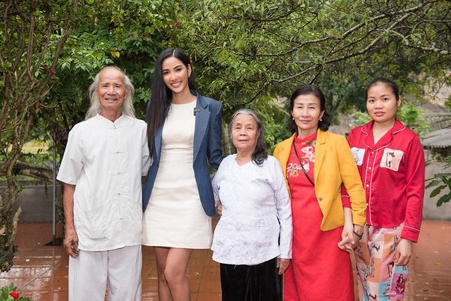 Hoàng Thùy về thăm quê nhà trước khi lên đường dự thi hoa hậu hoàn vũ - 3