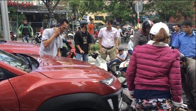 Ô tô tông hàng loạt xe máy đang dừng đèn đỏ ở Đà Nẵng - 1
