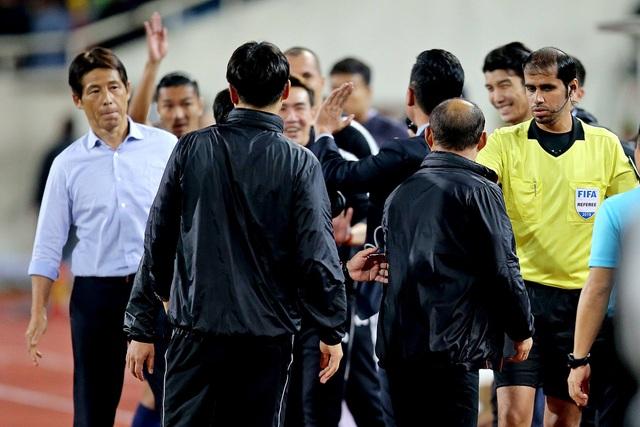 Đồng đội của Văn Lâm tham gia đấu khẩu với HLV Park Hang Seo - 1