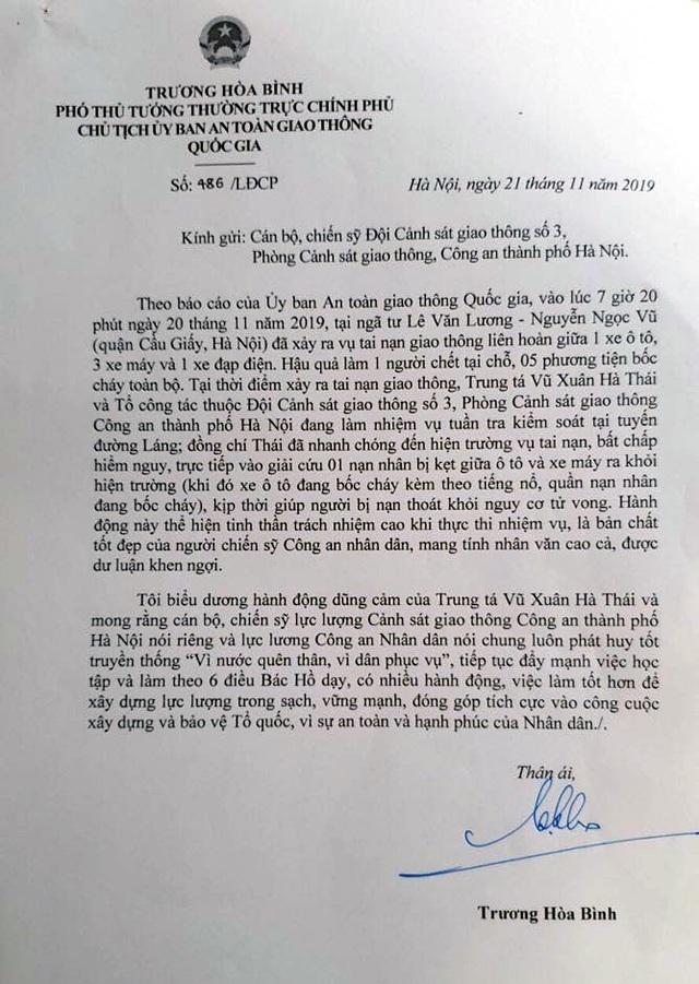 Phó Thủ tướng gửi thư khen CSGT cứu người trong vụ cháy xe Mercedes - 1