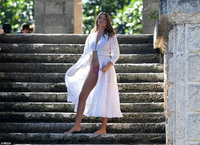 Người đẹp Anh mặc gợi cảm bế bụng bầu chụp hình - 1