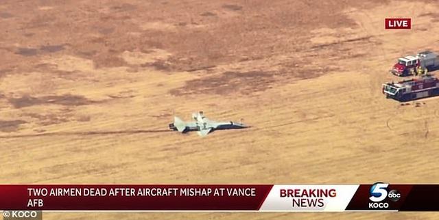Máy bay quân sự Mỹ tiếp đất ngửa bụng, 2 phi công tử nạn - 1