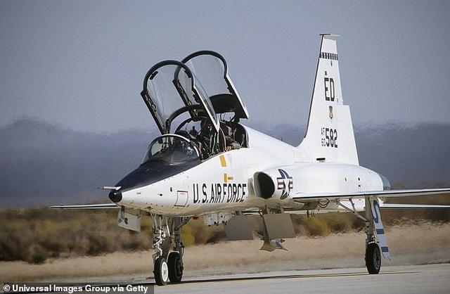 Máy bay quân sự Mỹ tiếp đất ngửa bụng, 2 phi công tử nạn - 2