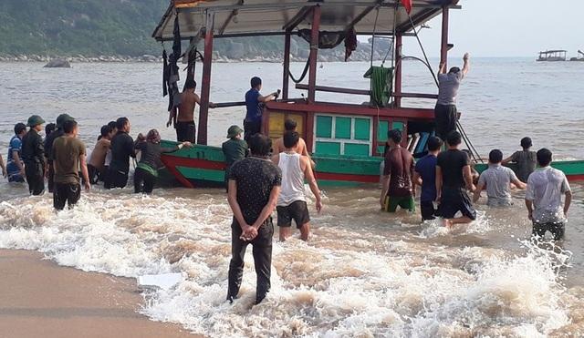 Kịp thời cứu 3 ngư dân gặp nạn trên biển - 1