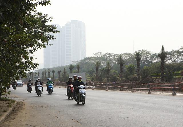 Tiếp tục xén dải phân cách, mở rộng đường gom Đại lộ Thăng Long - 12