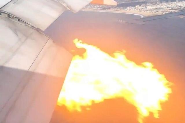 Khoảnh khắc máy bay Boeing chở 365 người cháy động cơ trên không - 1